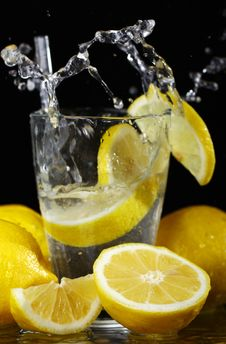 Free Cocktail With Fresh Lemons Royalty Free Stock Images - 20458219