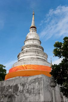 Free White Pagoda With Yellow Robe Stock Photography - 20459982