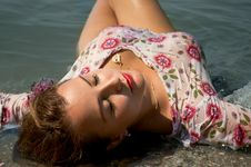 Free The Woman Lies Ashore In Water Royalty Free Stock Photos - 20464368
