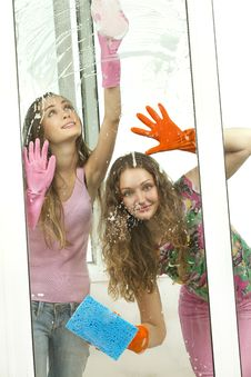 Free Girls Washing The Window With Mops Stock Images - 20470024