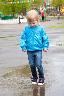 Free A Girl Is Jumping In The Puddle Royalty Free Stock Images - 20492639