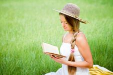 Free Young Girl Reading Book Stock Photography - 20522152