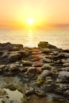 Free Rock In Sea And Blue Sky. Royalty Free Stock Photos - 20527678