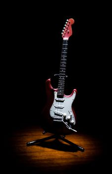 Free Old Red Guitar Model Royalty Free Stock Photo - 20531045