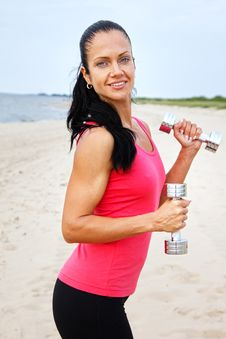 Free Sportswoman Is Holding Weights Royalty Free Stock Photo - 20540165