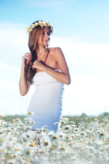 Free Girl In Dress On The Daisy Flowers Field Royalty Free Stock Image - 20547086