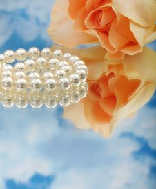 Free Elegant Pearls Over Glass Stock Images - 20548344