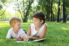 Free Children In The Park Reading A Book Stock Images - 20553154