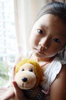 Free Asian Child Holding The Toy Monkey Stock Images - 20569914