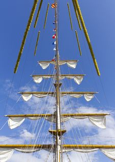 Free Ship S Mast Front View Royalty Free Stock Photo - 20584635