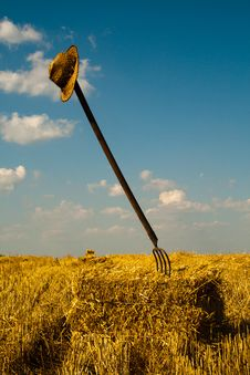 Free Wheat Straws Bale With Pitchfork And Hat Royalty Free Stock Photos - 20588868