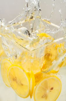 Free Splash Of Lemon Royalty Free Stock Photo - 20596565