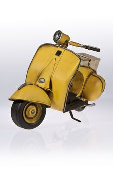 Free Yellow Vespa Scooter Front Side Stock Photography - 20604732