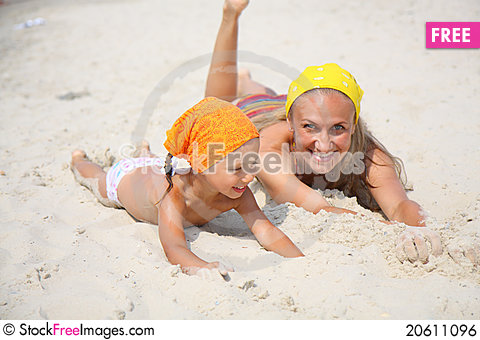 Free Little Girl With Her Mother At The Beach Royalty Free Stock Image - 20611096