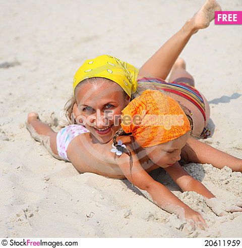 Free Little Girl With Her Mother At The Beach Royalty Free Stock Images - 20611959