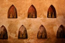 Free Wall With Small Buddha Statues Royalty Free Stock Image - 20622556
