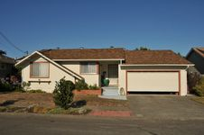 Free Single Family House One Story With Driveway Royalty Free Stock Photography - 20631557