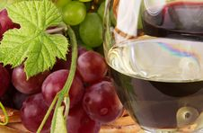 Free Red And White Wine, With Bunches Of Grapes Royalty Free Stock Photography - 20640637
