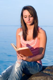 Free Woman Reading Royalty Free Stock Photos - 20659738
