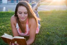 Free Woman Reading Royalty Free Stock Photos - 20659748
