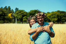 Free Couple With Flowers Crowns Huging In A Field Royalty Free Stock Photography - 20661477
