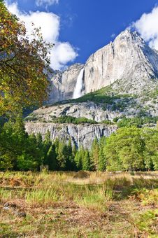 Free Yosemite Waterfall Royalty Free Stock Images - 20667479