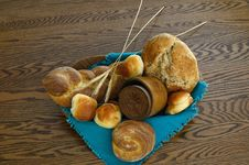 Free Wooden Bowl With Whole Wheat Breads Royalty Free Stock Photography - 20691427