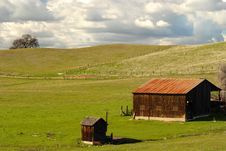 Free A Lone Barn And Shed On A California Hillside Royalty Free Stock Images - 2074359