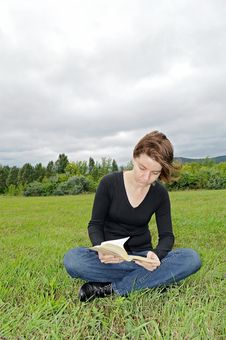 Free Reading Outdoors Stock Photography - 20725892