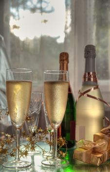 Free Champagne In Glasses, Gift Box And Sunbeam Royalty Free Stock Photos - 20742098