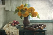Free Sunflowers At A Window Royalty Free Stock Photo - 20749485