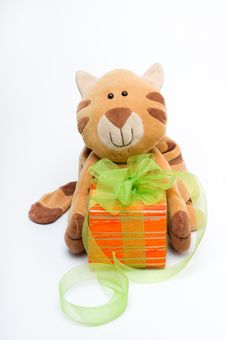 Free Toy Cat With A Gift Royalty Free Stock Image - 20751576