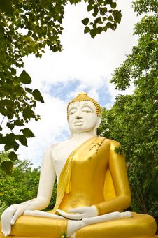 Free White & Yellow Sitting Budha Image With Blue Sky Stock Photos - 20754393