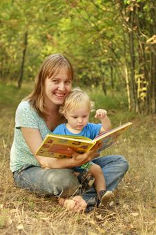Free Mother And Baby Reading Book In Nature Royalty Free Stock Photography - 20760617