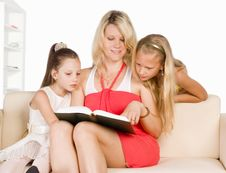 Mom Reads With Kids Royalty Free Stock Photography