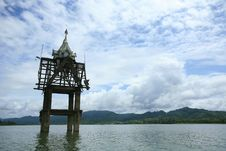 Free Small Chedi In The River Royalty Free Stock Images - 20768949