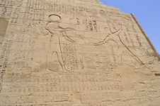 Hieroglyphic Carvings In An Egyptian Temple Wall Royalty Free Stock Photos