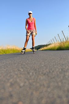Free Young Woman Rollerskating Royalty Free Stock Photography - 20773807