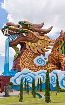 Free Golden Dragon Statue Vertical Royalty Free Stock Photography - 20781327