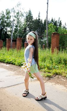 Full Length Portrait Of A Child Girl With Daisies Royalty Free Stock Photos
