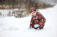 Free Child Girl In Colorful Snowsiut Plays In Snow Royalty Free Stock Photos - 20781428