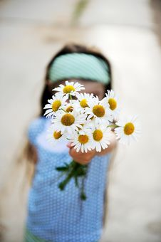 Free Outdoors Portrait Of A Child Girl With Daisies Royalty Free Stock Photos - 20781488