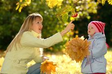 Free Young Woman And Child In Park Royalty Free Stock Image - 20785416