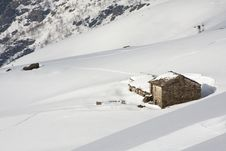 Free Mountain Cabin In The Snow Royalty Free Stock Images - 20793899