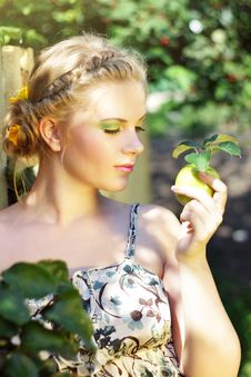 Free Young Woman Holding A Green Apple Royalty Free Stock Photo - 20798685