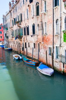 Free Parked Boats On Canal In Venice, Italy Royalty Free Stock Photos - 20808798