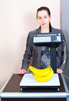 Free Girl Weighing Bananas In Market Royalty Free Stock Images - 20848199