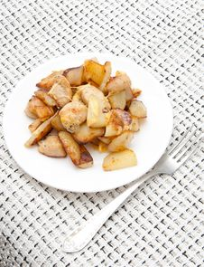 Free Delicious Chicken With Potatoes On A White Platter Royalty Free Stock Photos - 20853548