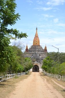 Dusty Road To The Temple In Bagan Royalty Free Stock Images