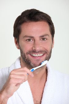 Free A Man Brushing His Teeth Royalty Free Stock Images - 20866899